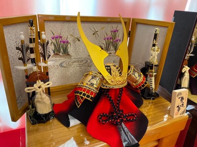 菖蒲の花が描かれた収納飾り。共に描かれているとんぼは前にしか進まないことから「不退転」を表す。