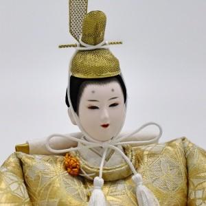モダンでシックな衣裳に合わせた金冠、美男子系のお顔です。