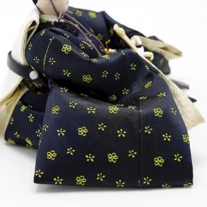 黒・紺の伝統色に可愛い花柄。お姫さまと色違いでお揃いの衣裳です。