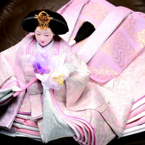 絵巻物から抜け出してきたようなお姫さま。十二単の裾がゆったりと、ひときわ優雅です。