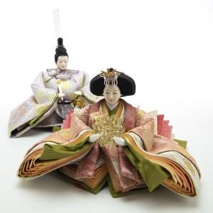 殿の装束と姫の表着・唐衣は配色の異なる「雲立涌鏡菊花文様」をまとっています。