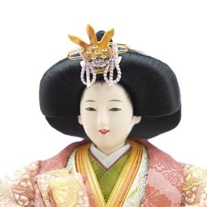 ほんのりと桜色のメークを施した「美人系」のお姫さまのお顔。口元が優しく微笑んでいます。