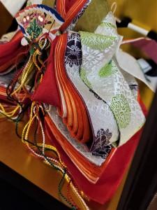 唐衣の「向かい鶴」の文様は、長寿を願う吉祥文様として有名です。